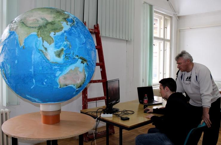 dzinovski globus koji se okrece i svetli i fotografije i muzika i na racinaru_200218_RAS_foto Biljana Vuckovic 002