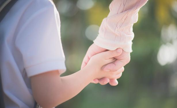 Zdaniem sądu, nie ma większego znaczenia to, że ojciec sporadycznie zawoził synów np. na zajęcia dodatkowe, skoro faktyczną pieczę nad ich rozwojem psychicznym i fizycznym sprawowała matka.