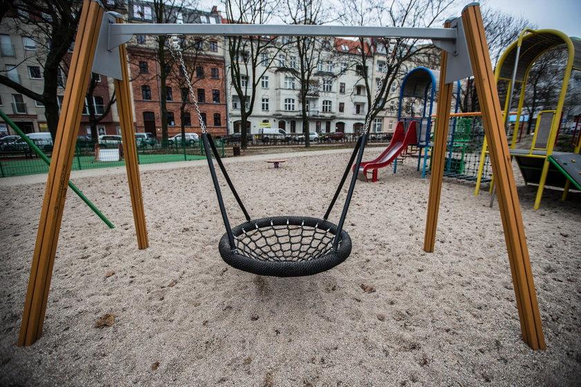 Nowa nawierzchnia placu zabaw na skwerze Łukasiewicza