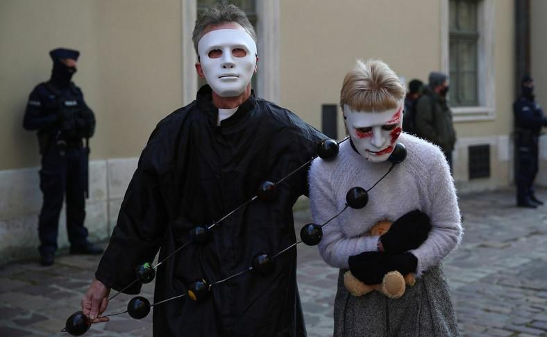 Protest pod hasłem Wierzymy ofiarom. Dziwisz nie przed kamienicą przy ulicy Kanoniczej w Krakowie