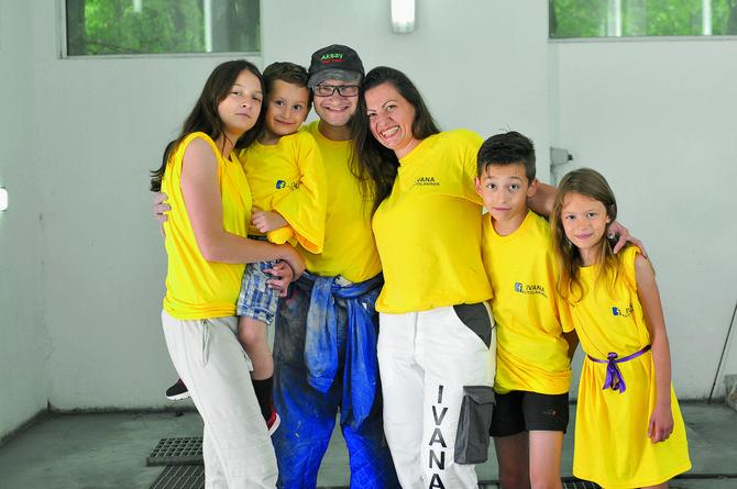Sa suprugom Sašom i četvoro dece, ćerkom Jovanom, sinom Jovanom, Aleksom i malom Sarom