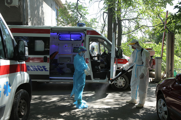 Ispred Infektivne klinike u Beogradu
