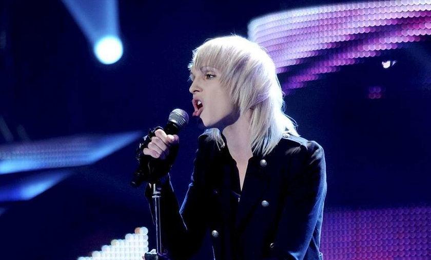 Madox śpiewa kolędę. Wideo
