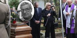 """Ostatnia droga Wiesława Gołasa. Bliscy i przyjaciele żegnali wybitnego aktora. Zapłakana wdowa pożegnała męża """"Ogromna pustka bez Ciebie..."""""""