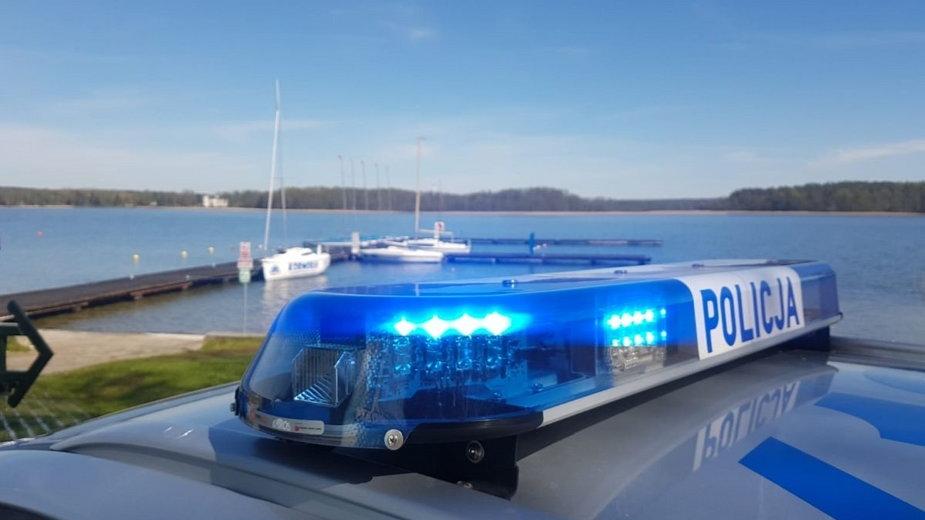 Policyjny radiowóz nad jeziorem