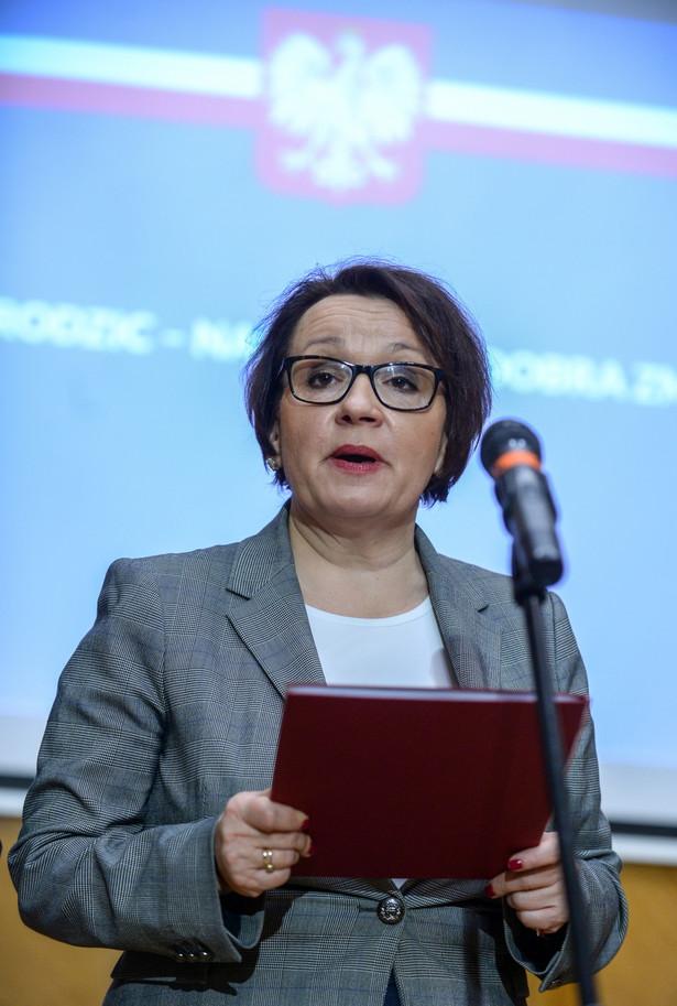 Obowiązkowe lekcje historii będą jak najszybciej wracać do liceów - zapowiedziała w Nowym Sączu minister edukacji Anna Zalewska.