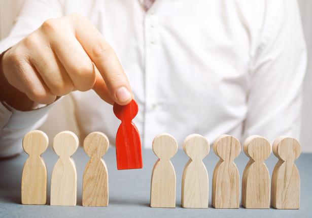 Celem dyrektywy 98/59 jest zapewnienie, aby zwolnienia grupowe były poprzedzone konsultacjami z przedstawicielami pracowników