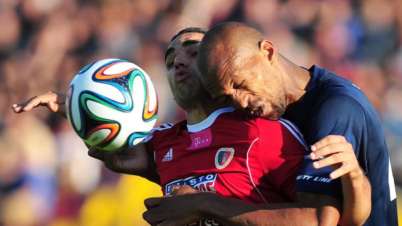 W pojedynku o górną piłkę Ruben Jurado (L) z Piasta Gliwice i Hernan (P) z miejscowej Pogoni w meczu T-Mobile Ekstraklasy