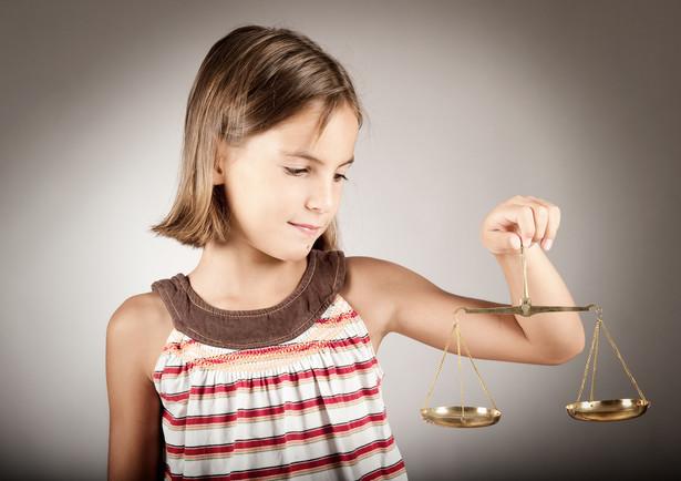 Postępowanie dotyczące ustalenia kontaktów ojca z córką zostało zawieszone do czasu rozpoznania sprawy rozwodowej.