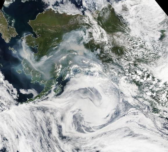 Satelitski snimak dima od požara iznad Aljaske snimljen 8. jula