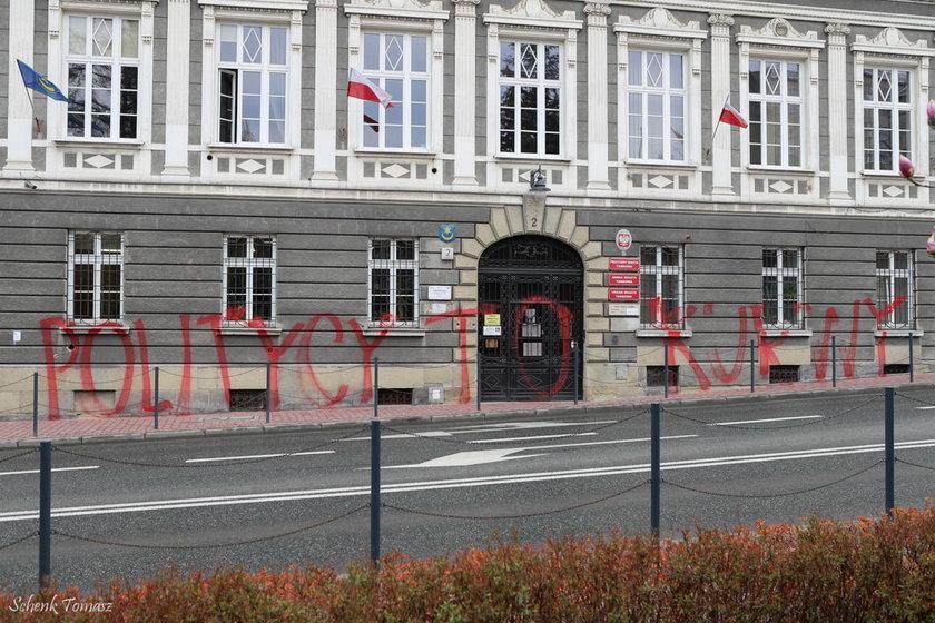 """Tarnów. Wulgarne grafiiti na ścianie urzędu miasta. """"Politycy to k..."""""""