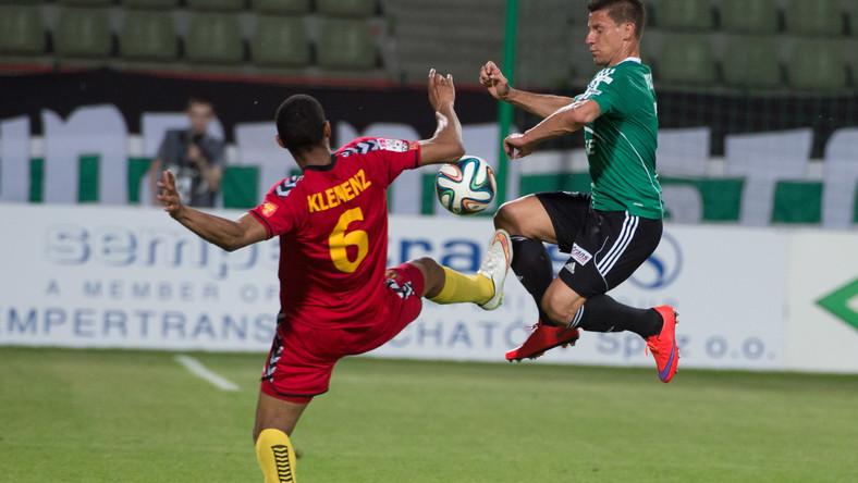 Zawodnik PGE GKS Bełchatów Arkadiusz Piech (P) walczy o piłkę z Łukaszem Klemenzem (L) z Korony Kielce podczas meczu grupy spadkowej piłkarskiej T-Mobile Ekstraklasy