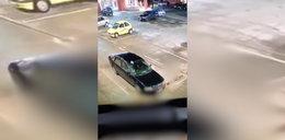 Skandal w Elblągu! Uprawiali seks na parkingu przed marketem. FILM + 18