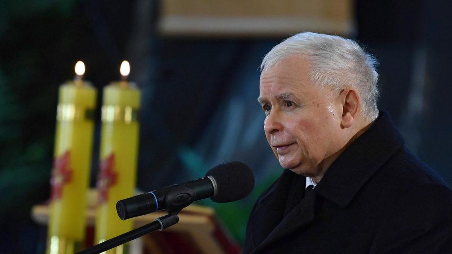 Jarosław Kaczyński w trakcie mszy w Starachowicach