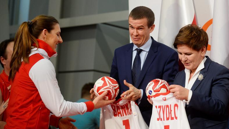 PIŁKA RĘCZNA KOBIET MŚ POWRÓT REPREZENTACJI POLSKI (Premier Beata Szydło minister sportu i turystyki Witold Bańka Karolina Kudłacz Gloc )