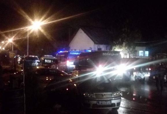 Kasarna opkoljena policijskim vozilima