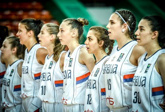 Ženska kadetska košarkaška reprezentacija Srbije prilikom intoniranja himne