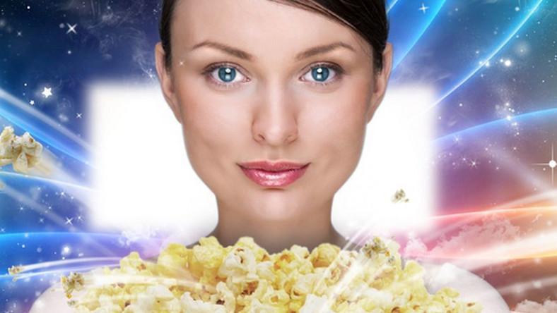 Kobieta z popcornem