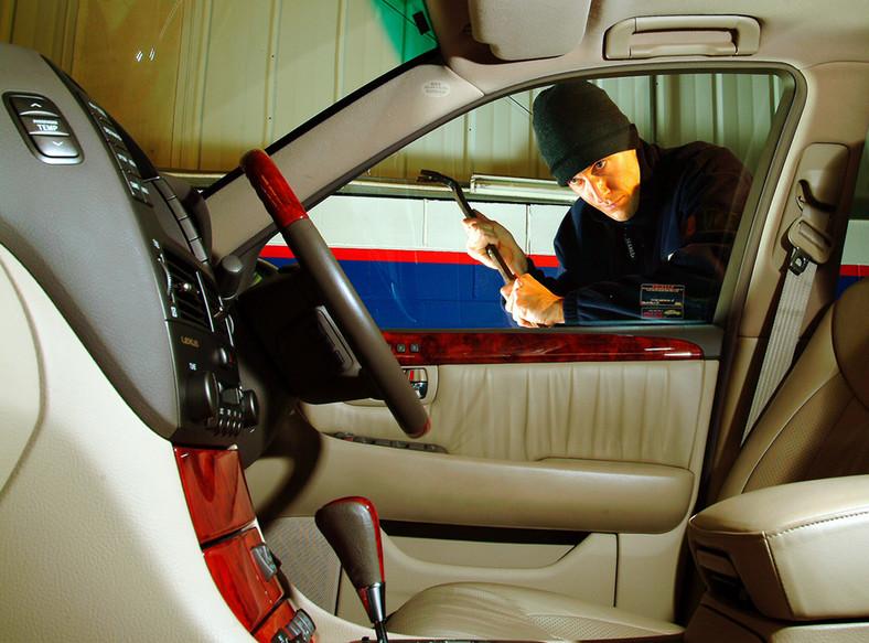 Złodziej rozbija szybę auta