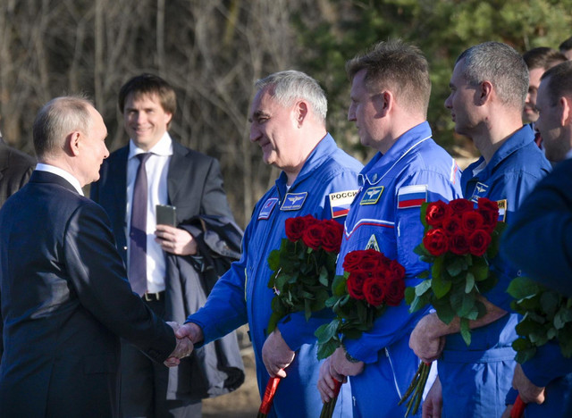 Putin postavio cveće na Gagarinov spomenik
