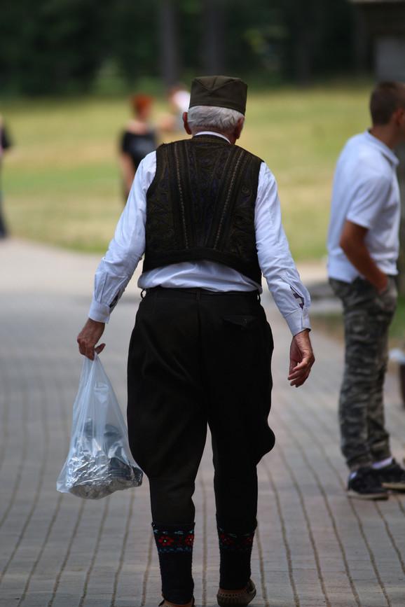 Srbi su najstariji narod. Od Srba su potekli svi današnji Sloveni, pa i većina naroda Evrope. Srpski geni su stari 12.000 godina, a geni ostalih naroda od 4.000 do 7.000 godina