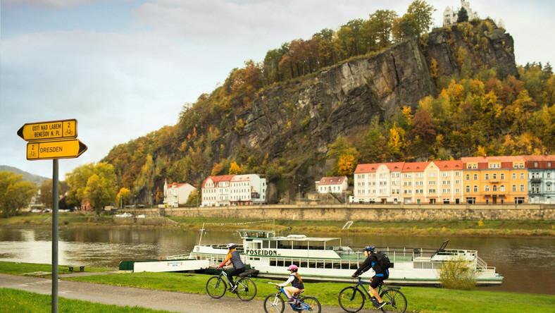 Na rowerze Tras rowerowych w Czechach są tysiące i mają one różny stopień trudności. Prowadzą zarówno drogami asfaltowymi, jak i polnymi oraz leśnymi ścieżkami. Jedną z najpopularniejszych jest Łabska Trasa Rowerowa – tylko na terenie Czech liczy blisko 400 km (łącznie od źródła w Karkonoszach do ujścia w Morzu Północnym ponad 1 tys. km). Wiedzie wzdłuż Łaby przez m.in. Szpindlerowy Młyn (popularny ośrodek narciarski i centrum turystyki górskiej), Dvůr Králové (warto zwiedzić pobliski ogród zoologiczny z afrykańskim safari), Jaroměř (twierdza Josefov, która strzegła granic ziem czeskich już od końca XVIII wieku), Hradec Králové (architektura Josefa Gočára, jednego z najsłynniejszych czeskich architektów), Mělník (pałac i winnica założona przez króla Karola IV Luksemburskiego), Litoměřice (Plac Pokoju z unikatowymi domami gotyckimi) i krainę Czeskiej Szwajcarii (Park Narodowy i Brama Pravčická, czyli największa skalna brama piaskowcowa w Europie).