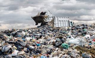 Cięcie kosztów związanych ze składowaniem odpadów na bakier z ekologią