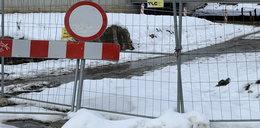 Dramat we Wrocławiu! 8-letni chłopiec wpadł po szyję do dołu z lodowatym błotem
