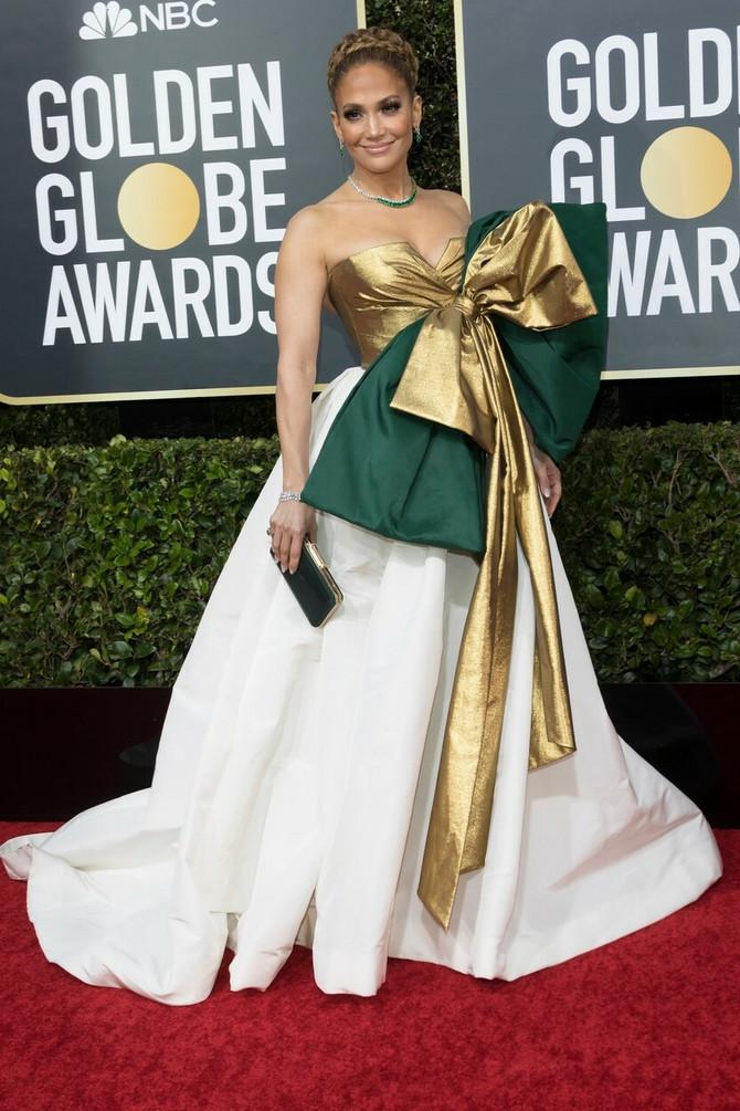 Dženifer u mašni na crvenom tepihu Zlatnog Globusa