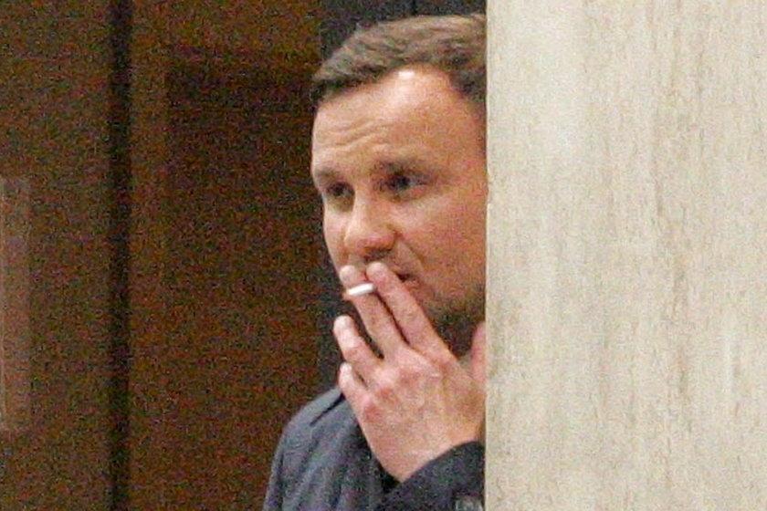 Andrzej Duda z papierosem