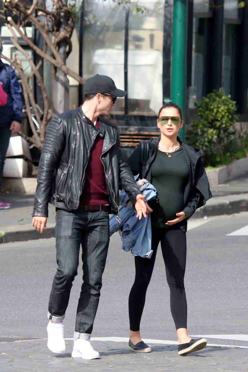 Anna Lewandowska na spacerze z mężem