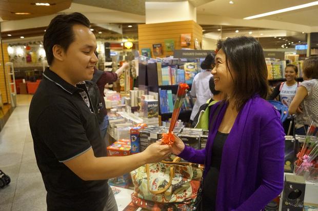 Mieszkańcy Dżakarty na walentynkowych zakupach