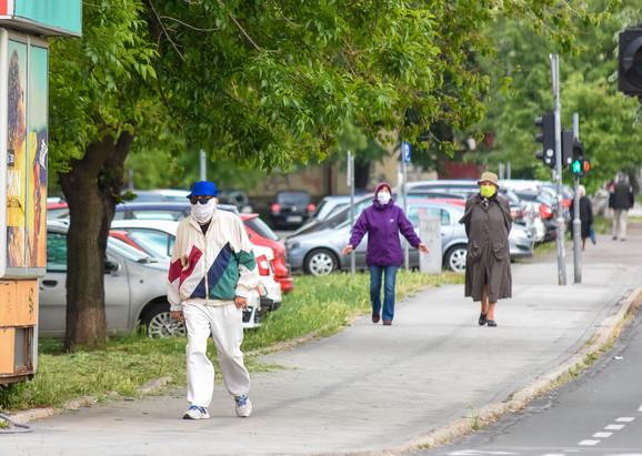 Šetnja penzionera tokom poslednjeg policijskog časa u Novom Sadu