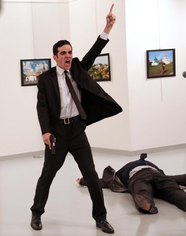 Burhan Ozbilici za swoje zdjęcie przedstawiające zabójcę rosyjskiego ambasadora w Turcji otrzymał główną nagrodę World Press Photo 2017