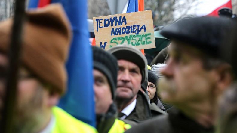 """W manifestacji pod hasłem """"Jeszcze Polska nie zginęła - prawda i normalność"""" brali udział m.in. przedstawiciela Lasów Państwowych, a także politycy PiS. Przemawiający podczas manifestacji wyrażali poparcie dla działań resortu środowiska i jej szefa Jana Szyszko. Głównym punktem, był spór o sposób ochrony Puszczy Białowieskiej. - Nie robię nic innego, jak konsekwentnie realizuję to, do czego się zobowiązaliśmy podczas akcji wyborczej (w czasie wyborów parlamentarnych - PAP) - podkreślił Szyszko."""