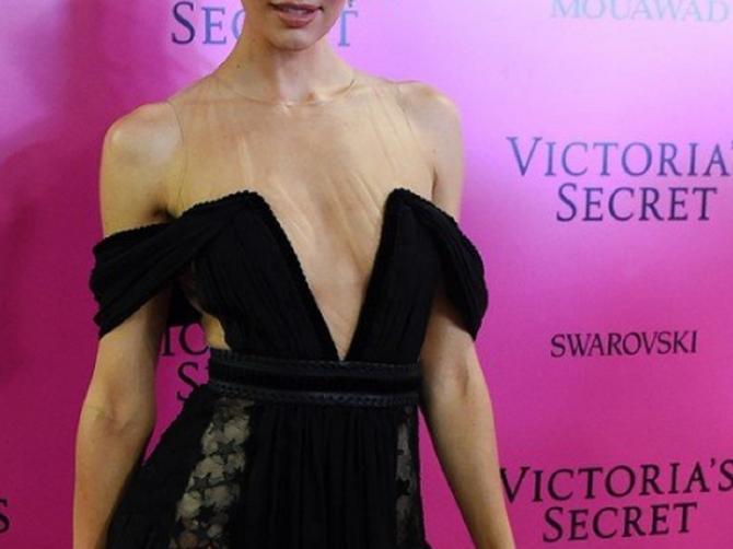 Nešto sa ovom haljinom opasno ne štima: Vidite li šta?
