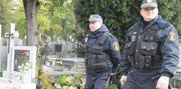 Strażnicy pilnują cmentarzy