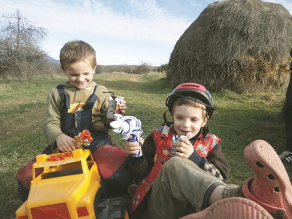 Dečaci su po prvi put dobili igračke