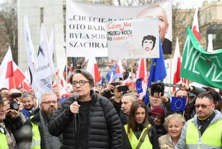 Jakościowa zmiana na manifestacjach KOD: Zamiast polityków - Holland i Komorowska