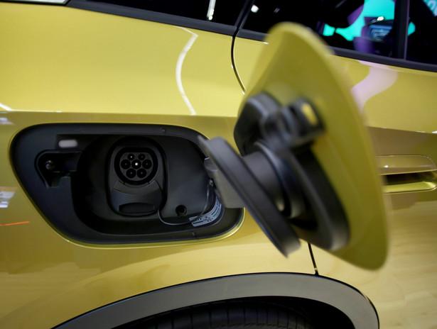 Elektryczny Volkswagen ID.3 z otworem na ładowanie. Wolfsburg, Niemcy, 29.10.2020