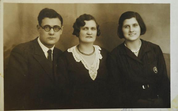 Sa bratom i majkom kao devojka