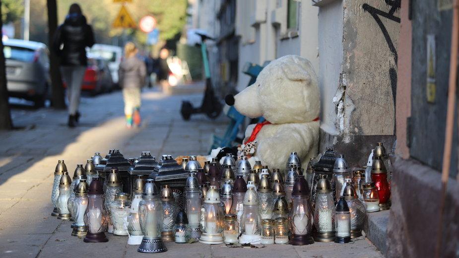 Znicze i pluszaki, w miejscu gdzie zginął 4-letni Piotruś