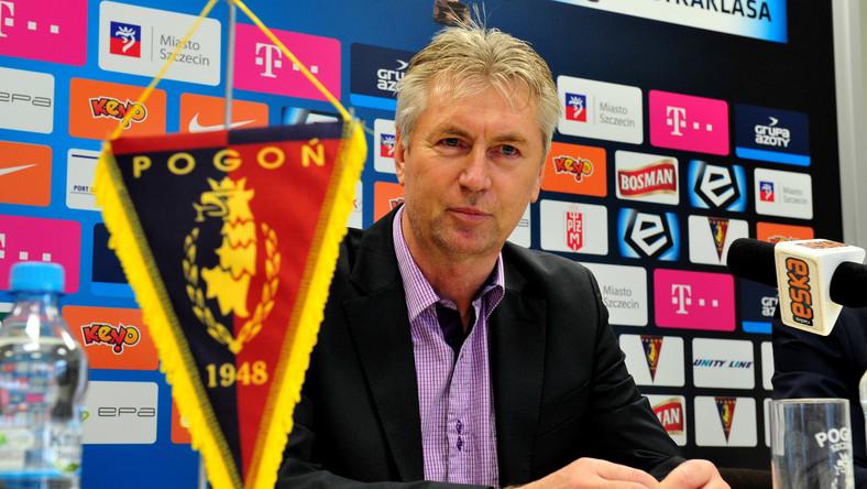 Nowy trener piłkarzy Pogoni Jan Kocian podczas konferencji prasowej w Szczecinie