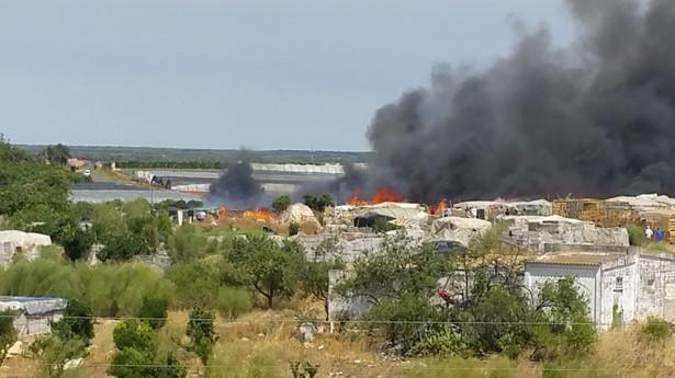 Ogień pojawił się w okolicach Moguer w prowincji Huelva w sobotę wieczorem. Pożar jest traktowany przez służby ratunkowe jako maksymalne zagrożenie.
