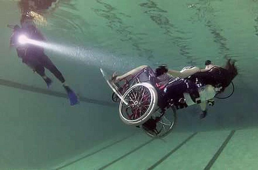 Niewiarygodne podwodne akrobacje na wózku inwalidzkim