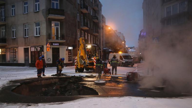 Prace na ulicy Jagiellońskiej po awarii rury sieci ciepłowniczej w Warszawie