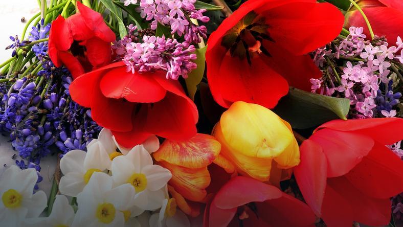 Jakimi kwiatami wyznać miłość, a jakich unikać? Sprawdź symbolikę kwiatów