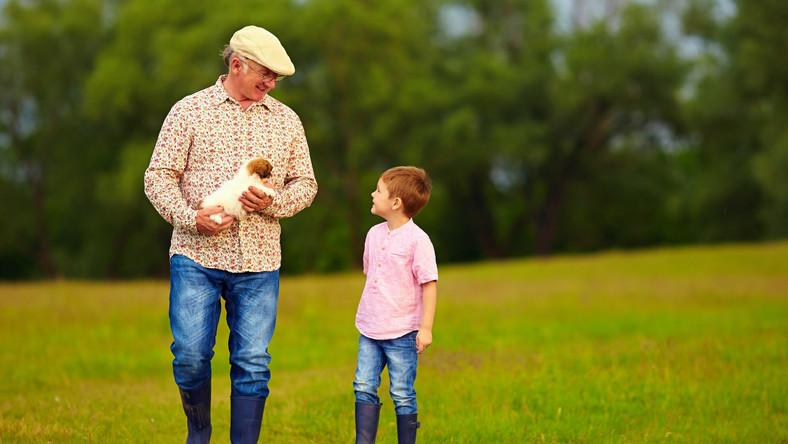 Spacer dziadka z dzieckiem