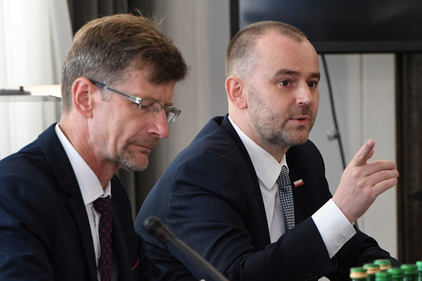 Zastępca szefa kancelarii prezydenta Paweł Mucha i konstytucjonalista Dariusz Dudek podczas posiedzenia senackiej Komisji Ustawodawczej.