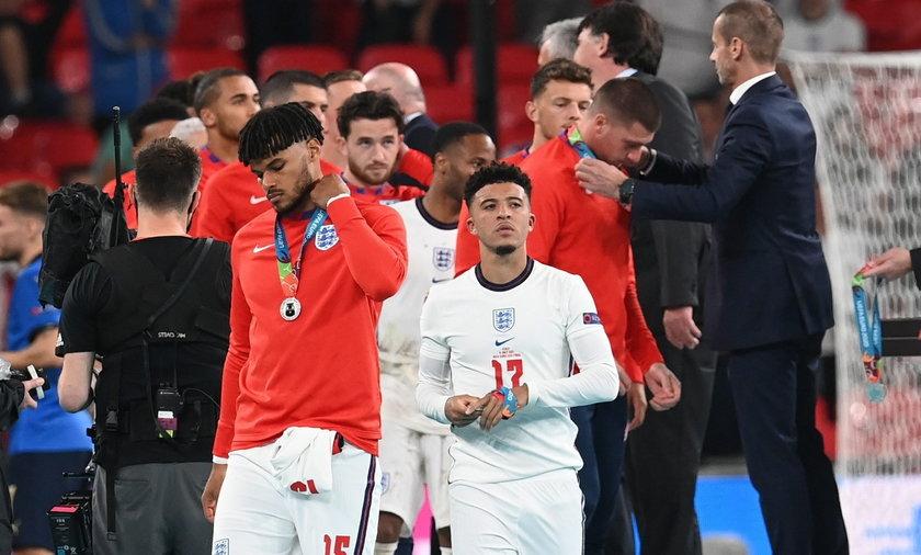 Nie wszystkim się spodobało to, że Anglicy ostentacyjnie szybko zdejmowali medale zaraz po ich otrzymaniu